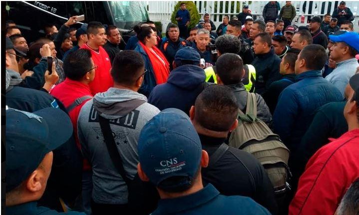 Policías federales 'rompen' con representantes; exigen indemnización