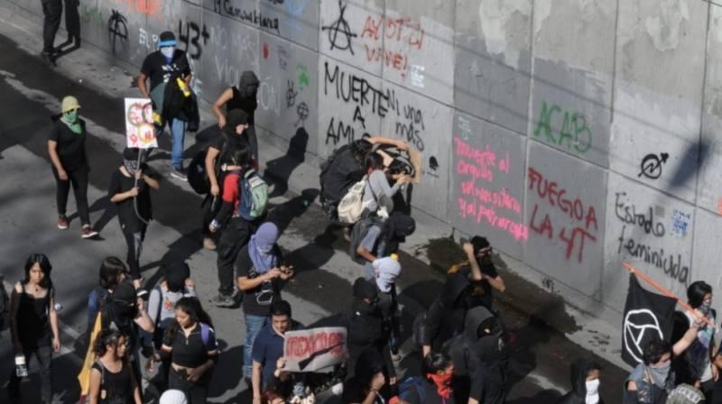 Vandalizan edificios y lanzan cohetones en calles de la CDMX (VIDEO)