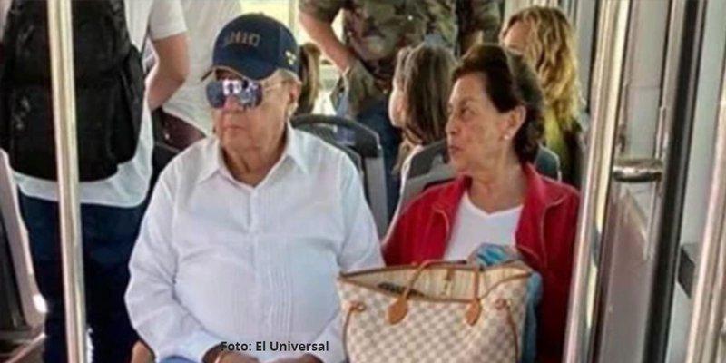 Captan a Carlos Romero Deschamps viajando en vuelo comercial