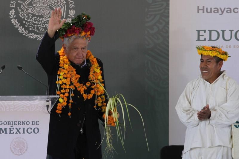 Ofrece López Obrador pavimentación de caminos en Huayacocotla
