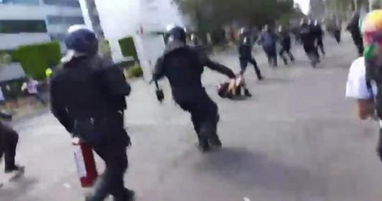 VIDEO muestra a policías de CdMx pateando el rostro de manifestante que se encuentra en el suelo.