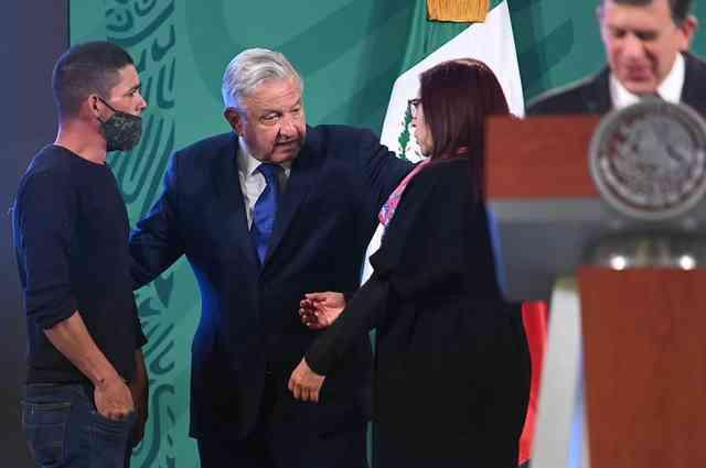 Joven irrumpe en «La mañanera» y aborda a López Obrador