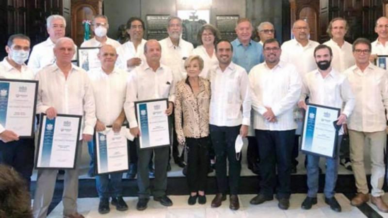 """Fernando Yunes homenajea y premia a sus prestanombres en """"Torre Centro""""."""